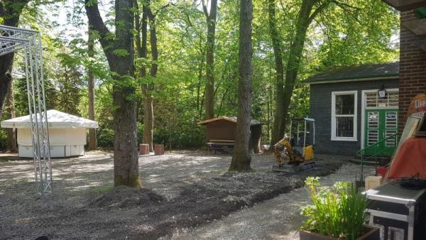 Blick auf Pavillon und Holzbüdchen
